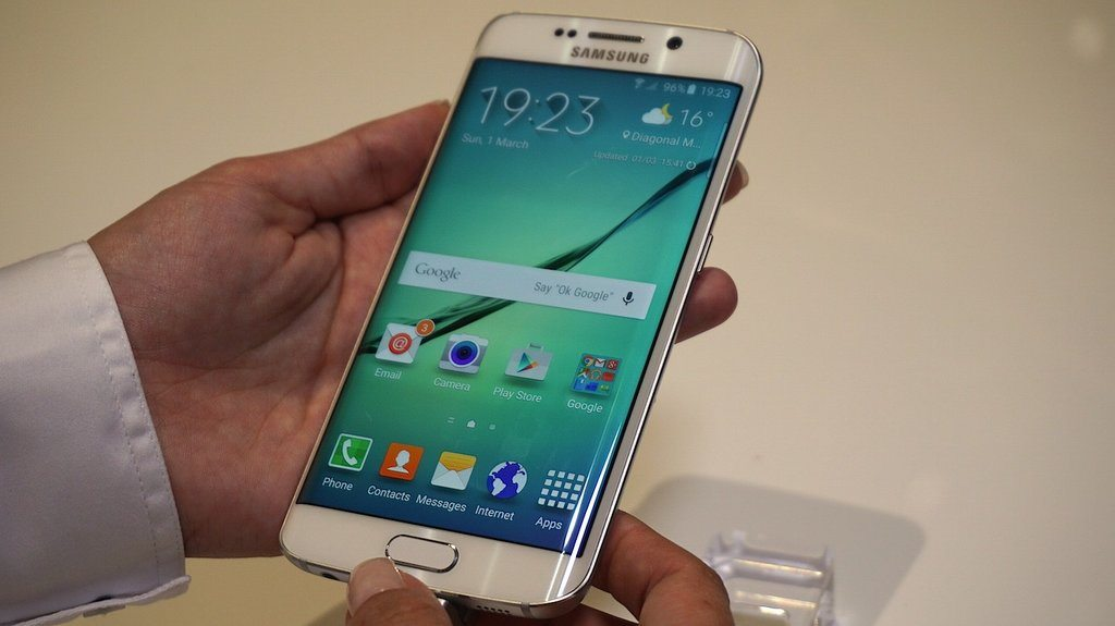 Samsung Galaxy S6 Edge Android 5.0.2 Update Fixes Camera, Battery, and Text Messaging Problems